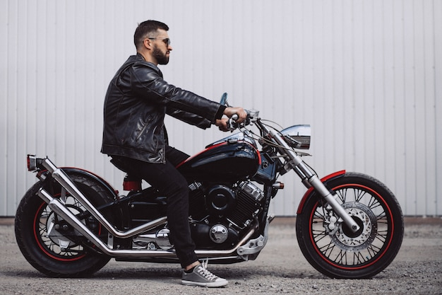 Apuesto motorista viaja en mototrcycle