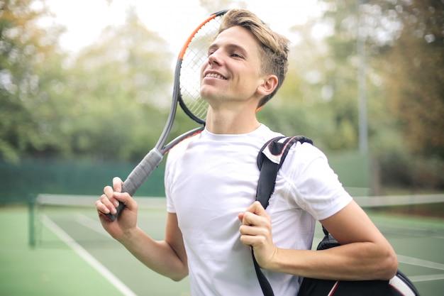 Apuesto tenista, listo para un partido