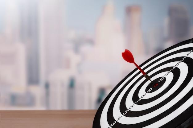 Apuntando al concepto de negocio, tablero de dardos de cerca
