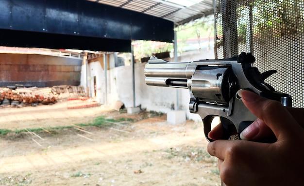 Apuntando el arma