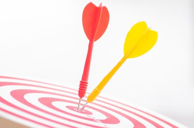 Apuntar el dardo pin en el centro 10 puntos dartboard marketing concepto.