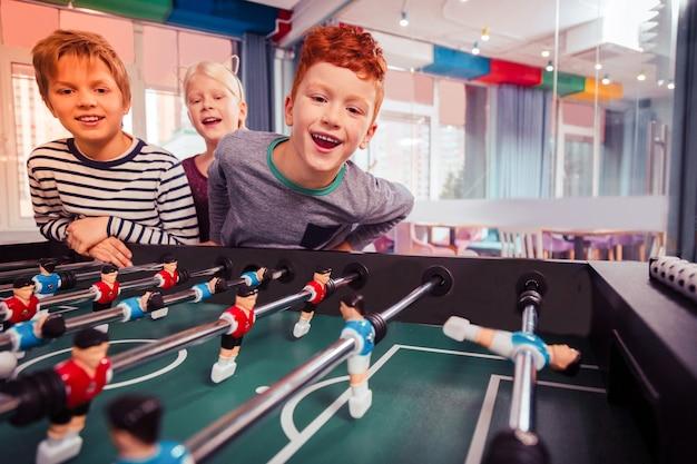 Aquí estamos. la fiesta de cumpleaños está llena de emociones, jugando mientras los niños hablan.