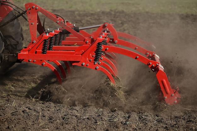 Arado agrícola primer plano en el suelo, maquinaria agrícola.
