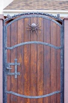 Una araña de hierro forjado decora la puerta. decoración del hogar de halloween