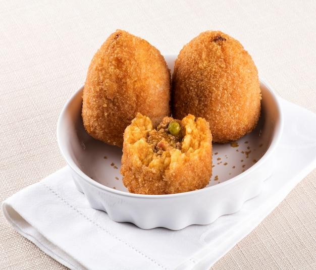 Arancini di sicilia o bolas de arroz rellenas fritas