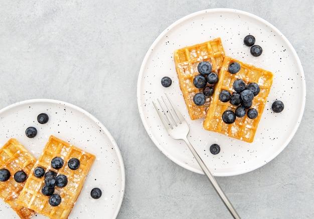 Arándanos y waffle de vista superior