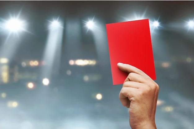 Árbitro manos mostrando tarjeta roja