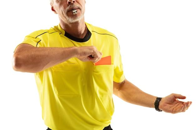 Árbitro que muestra una tarjeta roja y gesticula a un jugador de fútbol o fútbol mientras juega aislado en la pared blanca. concepto de deporte, violación de reglas, temas controvertidos, superación de obstáculos.