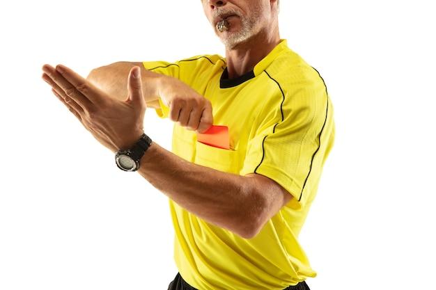 Árbitro que muestra una tarjeta roja y gesticula a un jugador de fútbol o de fútbol
