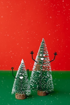 Árbol de christams con sonrisa cara emoción doodle estilo decoración en mesa verde con rojo vivo