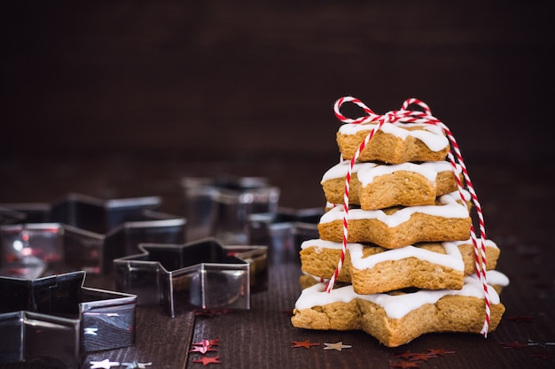 Árbol de galletas navideño hecho con cortador de galletas estrella pan de jengibre año nuevo pasrty