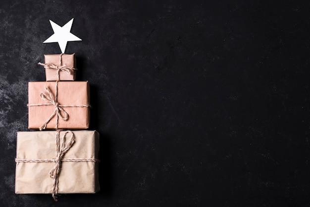 Árbol hecho de regalos envueltos con espacio de copia
