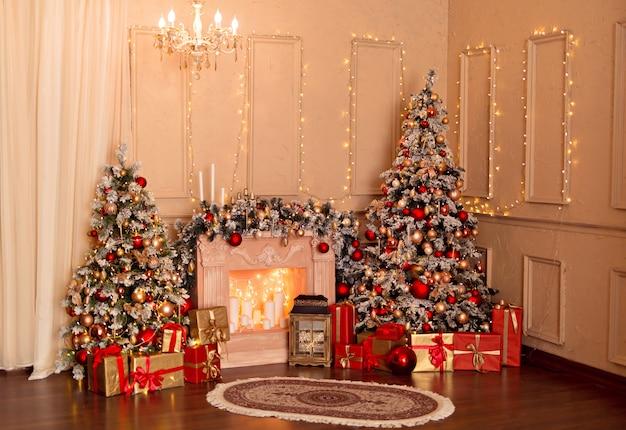 Árbol mágico luminoso con regalos y juguetes de año nuevo, una chimenea, regalos
