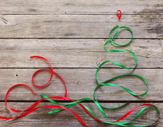 Árbol de navidad abstracto sobre fondo de madera