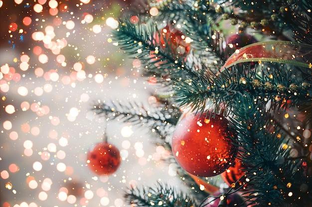 Árbol de navidad con adorno de bola roja y decoración, luz brillante. fondo de vacaciones de navidad y año nuevo. tono de color vintage.