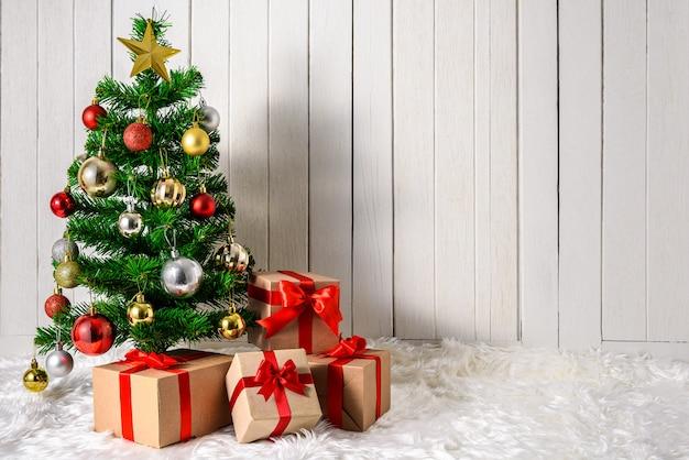 Árbol de navidad y adornos con cajas de regalos