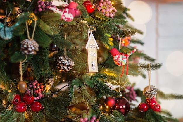 Árbol de navidad y adornos navideños y de año nuevo. de cerca Foto Premium