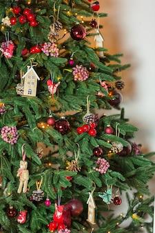Árbol de navidad y adornos navideños y de año nuevo. de cerca