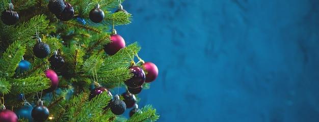 Árbol de navidad con adornos y regalos. enfoque selectivo. contento.