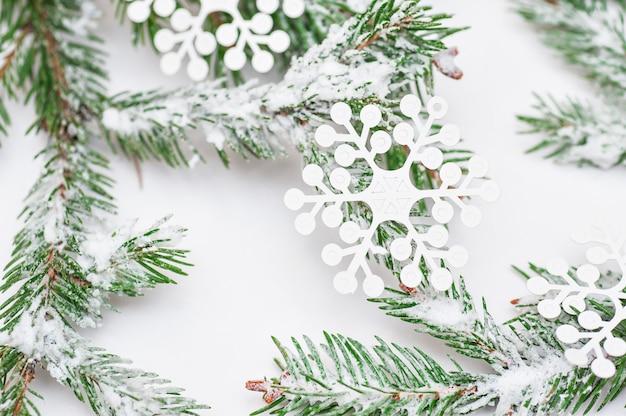 Árbol de navidad aislado en blanco