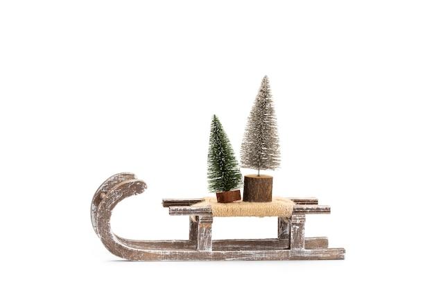 Árbol de navidad aislado en un fondo blanco.