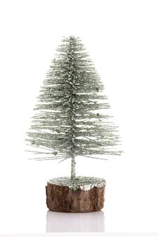 Árbol de navidad aislado sobre un fondo blanco.