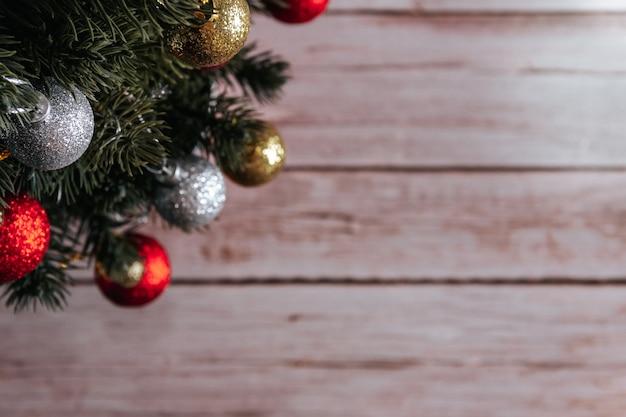 Árbol de navidad con bolas decorativas sobre fondo de madera. copie el espacio. enfoque selectivo.