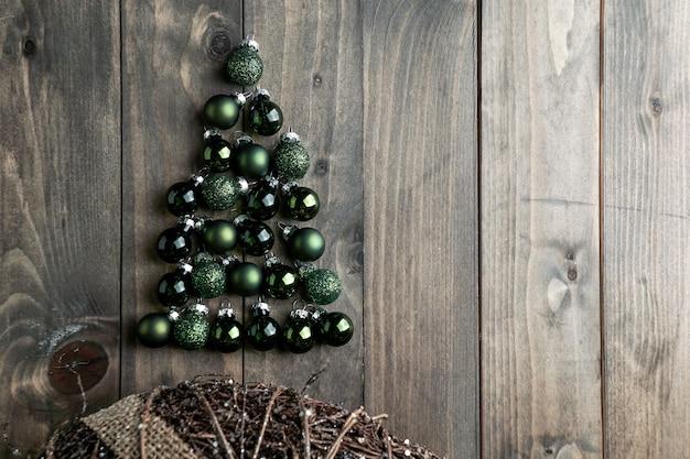 Árbol de navidad de las bolas de navidad en el fondo woden
