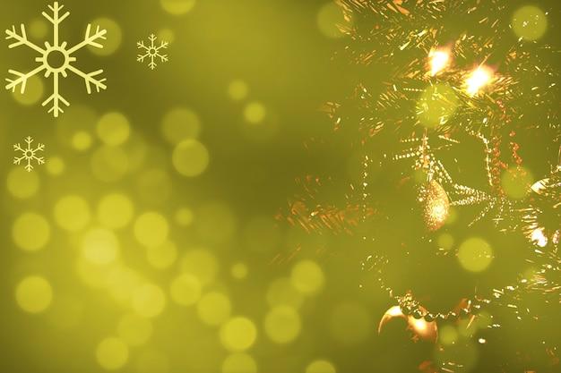 Árbol de navidad borroso sobre fondo de luces