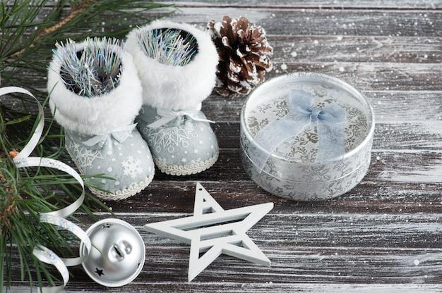 Árbol de navidad y caja de regalo plateada