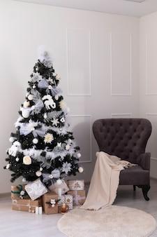 Árbol de navidad con cajas de regalo. decoraciones de año nuevo. interior de año nuevo.