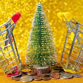 Árbol de navidad, carritos pequeños y centavos americanos metálicos