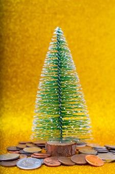 Árbol de navidad y centavos americanos metálicos