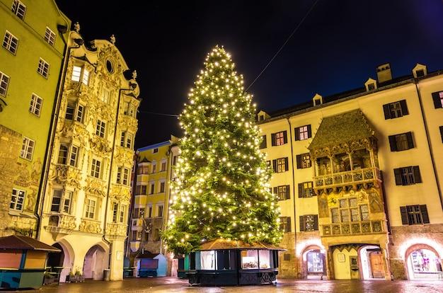 Árbol de navidad en el centro de la ciudad de innsbruck - austria