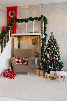 Árbol de navidad clásico tradicional y sillón beige