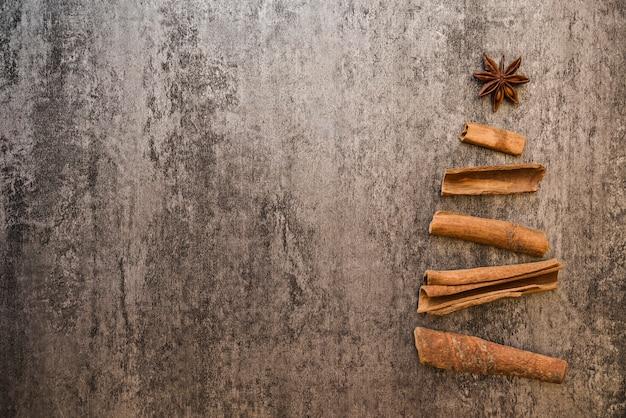 Árbol de navidad de corteza en mesa