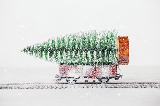 Árbol de navidad cubierto de nieve en un vagón.