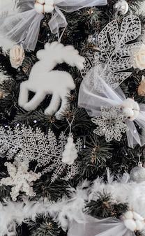 Árbol de navidad con decoración. interior de año nuevo. decoraciones de año nuevo. interior de lujo de año nuevo.