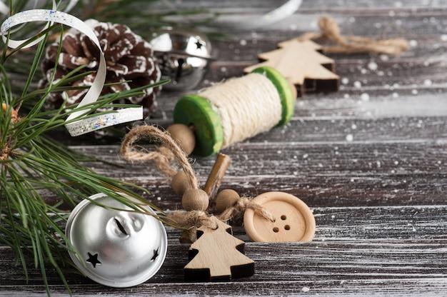 Árbol de navidad y decoración plateada