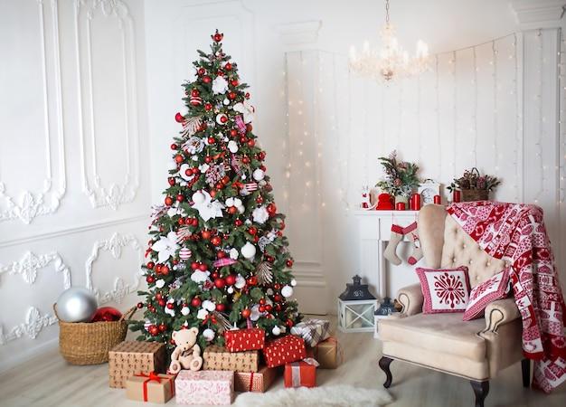 Árbol de navidad con decoración en rojo y blanco. Foto Premium