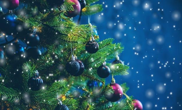 Árbol de navidad en las decoraciones de la noche. enfoque selectivo. fiesta.