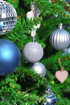 Árbol de navidad decorado de cerca.