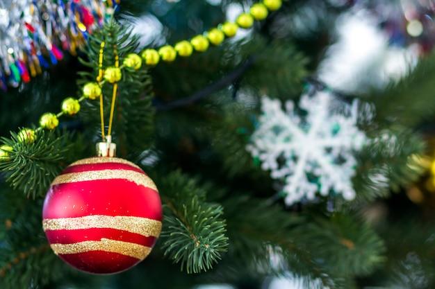 Árbol de navidad decorado, fondo brillante y hada con espacio de copia. fondo de año nuevo con lugar de texto libre. concepto de decoraciones de navidad