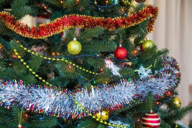 Árbol de navidad decorado, fondo brillante y hada con espacio de copia