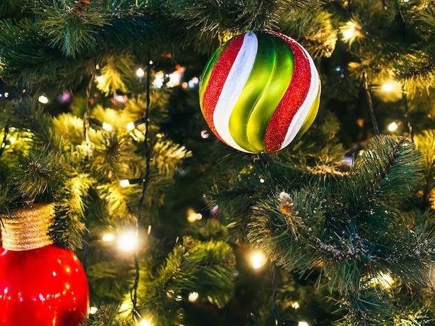 Árbol de navidad decorado con guirnaldas y juguetes navideños. de cerca