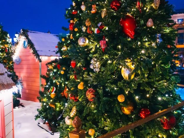 Árbol de navidad decorado con guirnaldas y juguetes navideños.