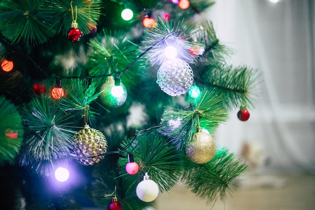 Árbol de navidad decorado con iluminación a