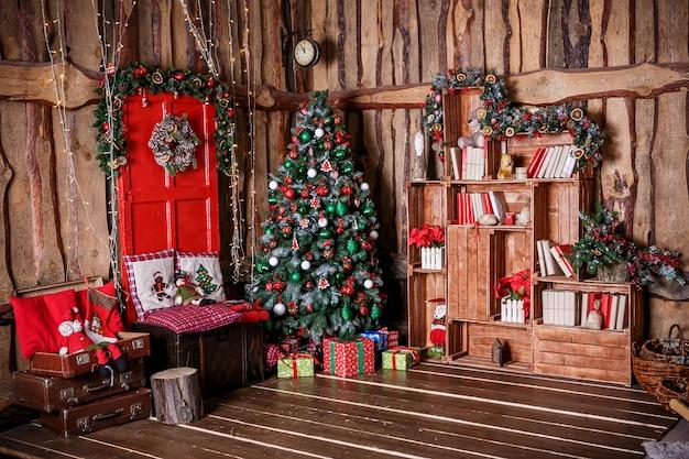 Árbol de navidad decorado con regalo