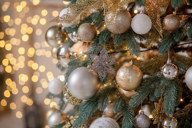 Árbol de navidad decorado sobre fondo borroso, brillante y de hadas