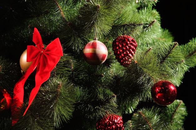 Árbol de navidad decorado sobre fondo negro